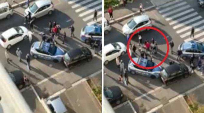 Agenti circondati per impedire arresto immigrati, uno estrae pistola – VIDEO CHOC