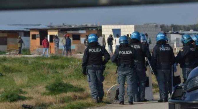 Africani lo prendono a sprangate in baraccopoli