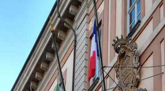 Sindaco PD issa bandiera francese sul municipio – FOTO