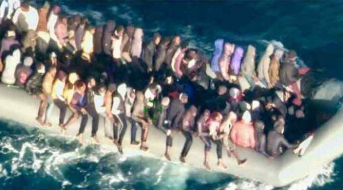 Barcone con 120 clandestini diretti in Italia riportato in Libia