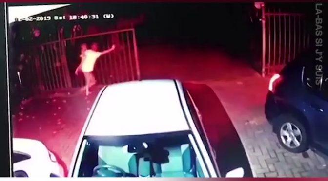 Sudafrica, assalto armato: mamma difende figli da gang neri – VIDEO