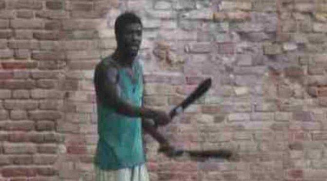 Africano armato di mannaia esige asilo