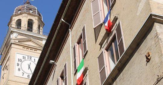 Macerata, sindaco PD espone bandiera francese