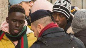 Milano, africani in coda per le scarpe da 500 euro | Vøx