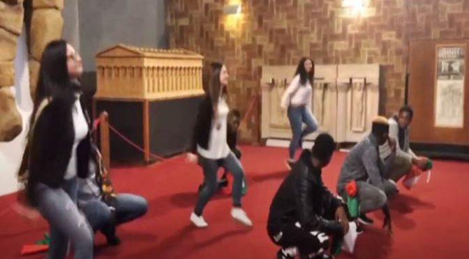 Ragazzine devono accompagnare i profughi al museo per 'integrarli' – VIDEO