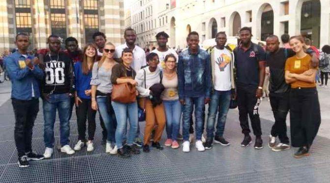 Studentesse a scuola dai profughi a Brescia