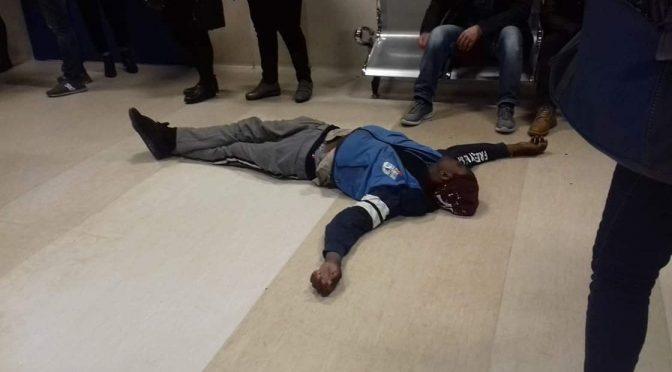 Africano irrompe al pronto soccorso e si sdraia per terra – VIDEO