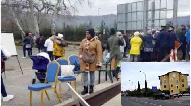 Profughi esigono la paghetta, barricata in strada