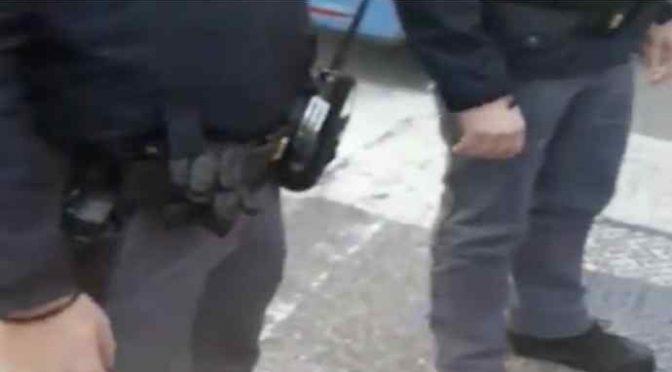 Polizia chiede le generalità: lui rifiuta di rispondere in italiano – VIDEO