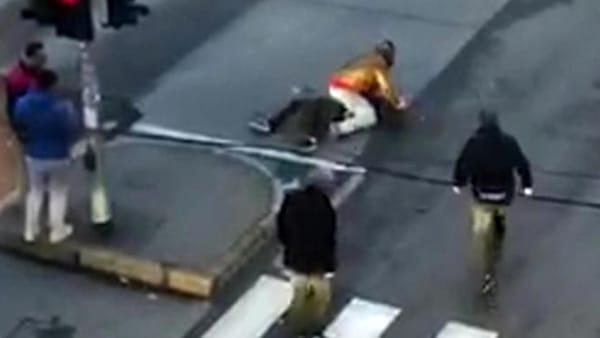 Milano, accoltellamento tra immigrati in mezzo ai passanti