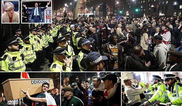 Brexit tradita: migliaia circondano Parlamento britannico – VIDEO