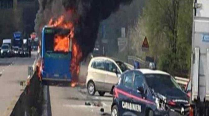 """Bus incendiato, Salvini furioso: """"Chi ha dato ragazzini in mano al senegalese?"""""""