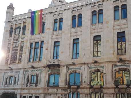 Cagliari, sindaco trombato espone bandierone gay