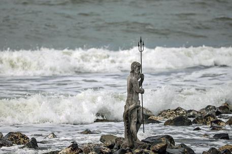 Porti chiusi: su scogliera Ostia arriva statua Nettuno