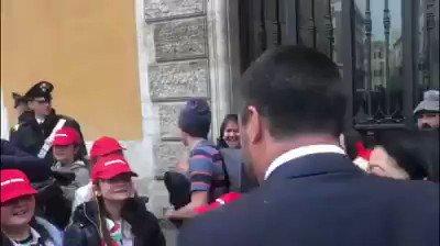 Salvini passeggia, bambini italiani impazziscono – VIDEO