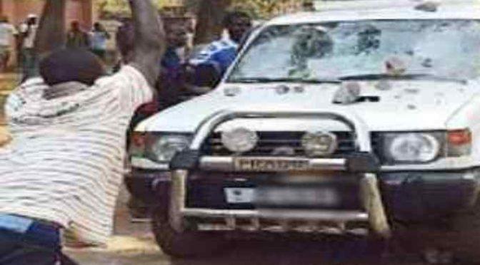 Nigeriano attacca donna in auto, con pietre distrugge parabrezza