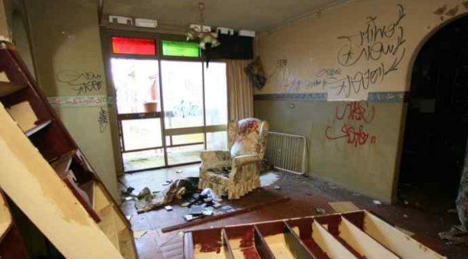 Affitta casa ai profughi, la distruggono: non se ne vogliono più andare