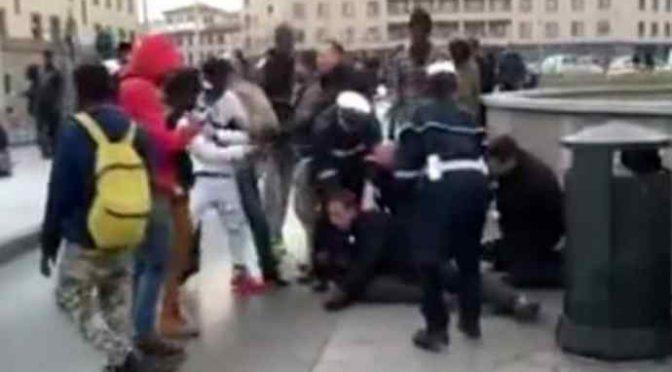 Immigrati bloccano arresto spacciatore, agenti aggrediti – VIDEO