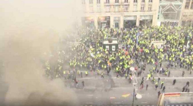 Gilet Gialli: la classe media assalta il lusso degli Champs-Elysees