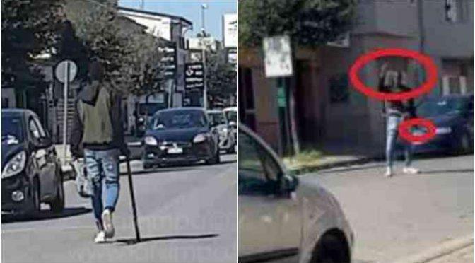 Nigeriano armato di bastone assalta negozio: schiaffi ai passanti, auto vandalizzate