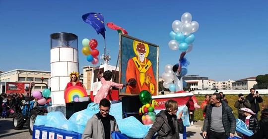 A Bari il Carnevale buonista, carro-barcone