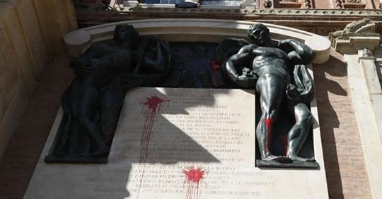 Bologna, teppisti rossi sfregiano monumento all'Amor Patrio