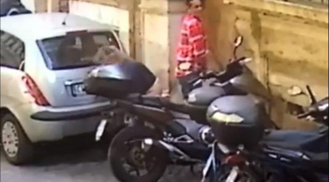 Coppia di stranieri fa i bisogni in strada a Roma – VIDEO