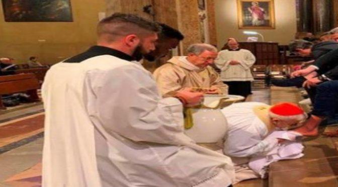 """Vescovo bacia i piedi ai profughi: """"Migranti sono una risorsa"""""""