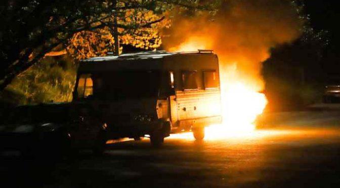 Italiani cacciano i Rom della Raggi: bruciano camper e lei li ritira – VIDEO – FOTO