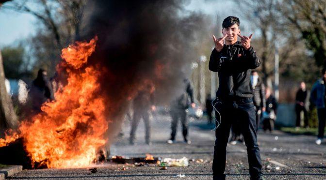 Islamici mettono a ferro e fuoco Copenhagen contro 'blasfemo'
