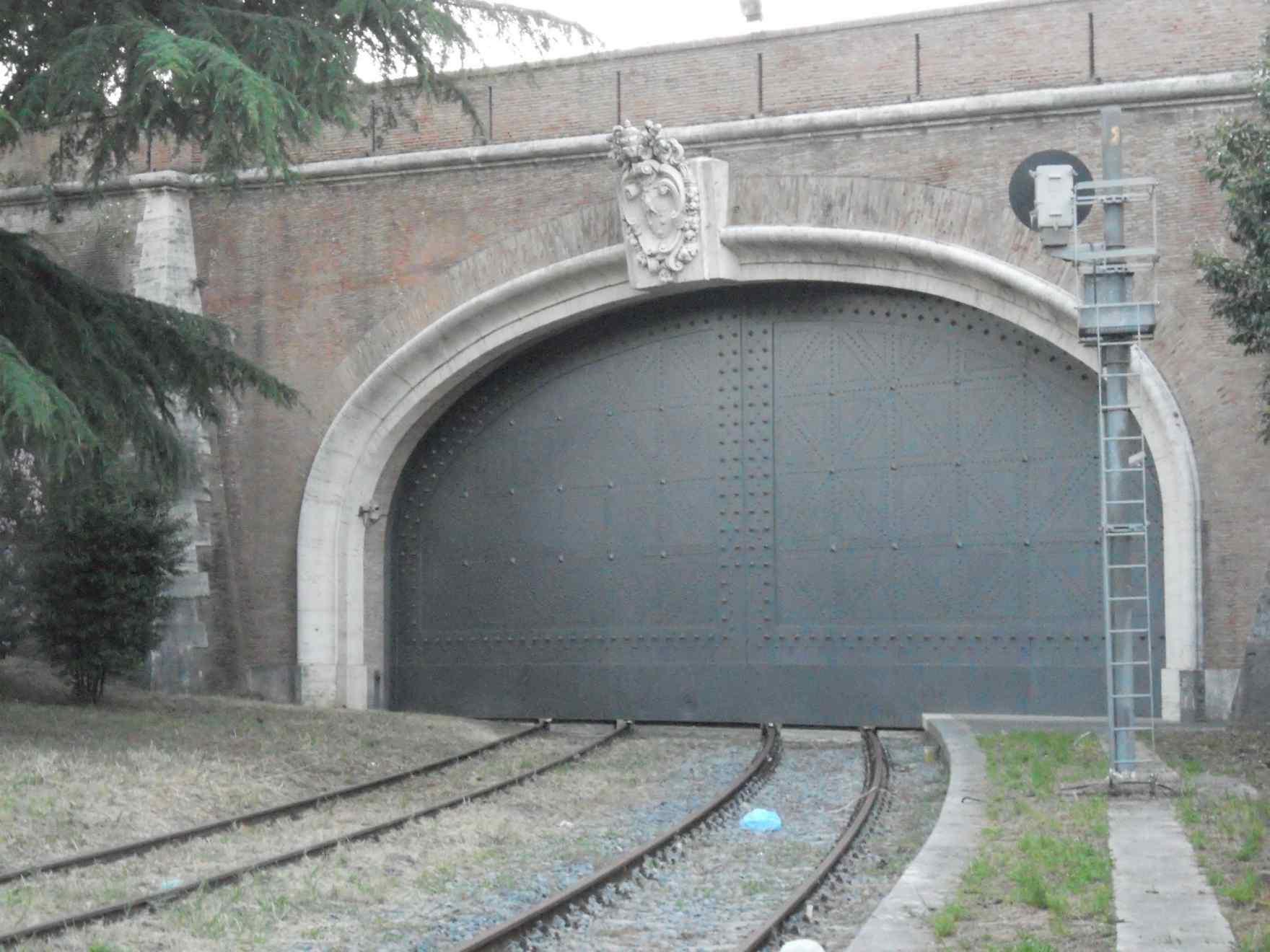 Tunnel-entrata-ferrovia-vaticata-blindato.jpg