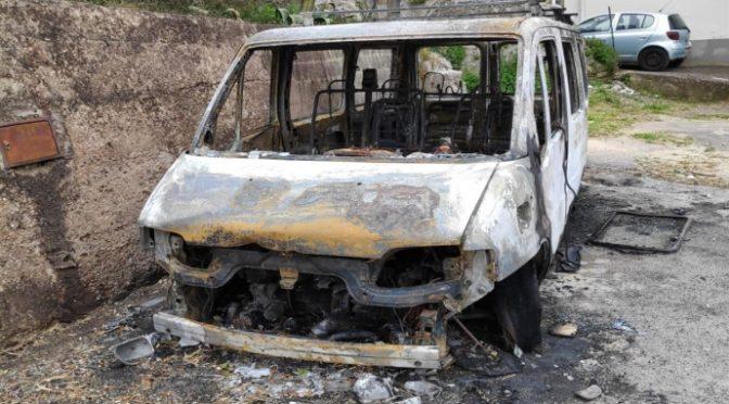 Rivolta nel paesino borgo da africani, incendiato bus che li porta in piscina