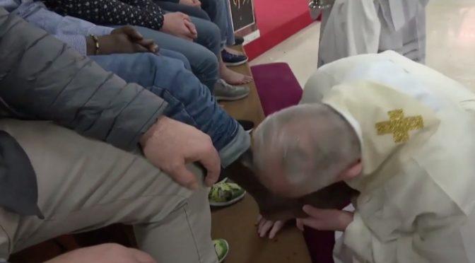 La storia del parroco trovato a letto con 2 profughi