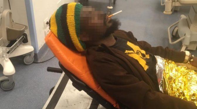 """Immigrato fuma in ospedale: """"Io posso"""" – FOTO"""