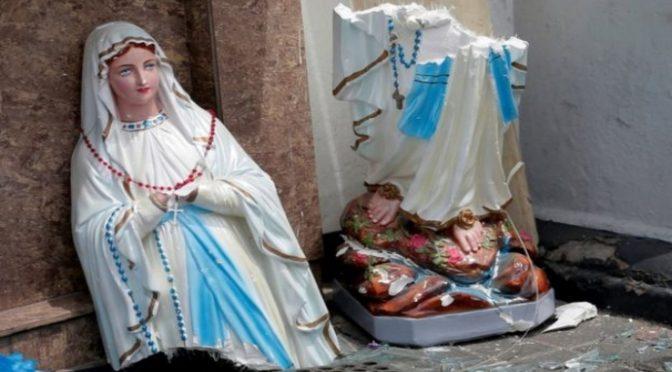 Islamico distrugge statua Madonna dopo avere sfasciato 56 auto