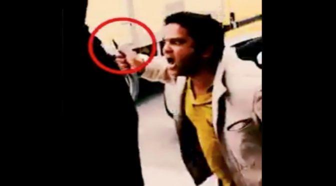 Immigrato assale a coltellate guardie – VIDEO