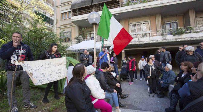 """Roma sfratta la Raggi: """"Qui solo italiani, i Rom se li porti in Campidoglio"""" – VIDEO"""