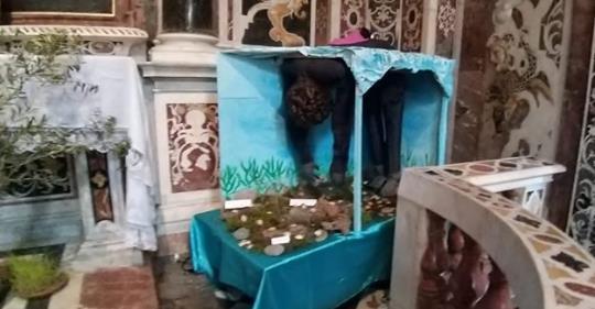 Pasqua, sull'altare ecco il clandestino annegato – VIDEO
