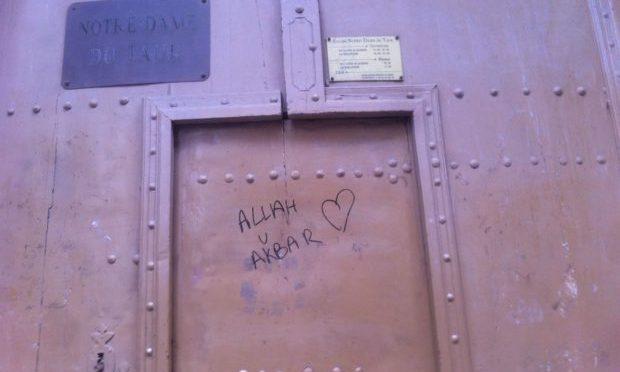 """Notre-Dame du Tour: """"Allah Akbar"""" sulla facciata"""