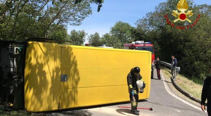 Scuolabus guidato da immigrato si rovescia: autista fugge, 7 feriti