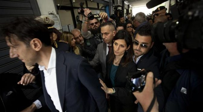 Raggi arriva con la scorta per sfrattare 16 famiglie italiane ospiti di CasaPound