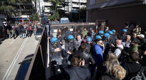 Rom aggrediscono cittadini e si nascondono nel campo nomadi: calci e pugni a poliziotti per farlo fuggire
