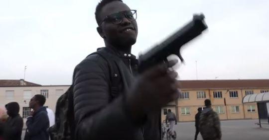 """""""Siamo qui per spacciare e fare soldi"""", è il rap degli immigrati che bruciano i soldi- VIDEO"""