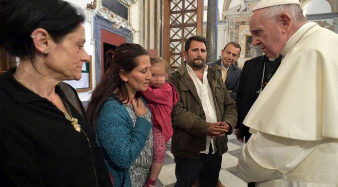 """Bergoglio incontra la famiglia rom di Casal Bruciato: """"Dovete resistere"""""""