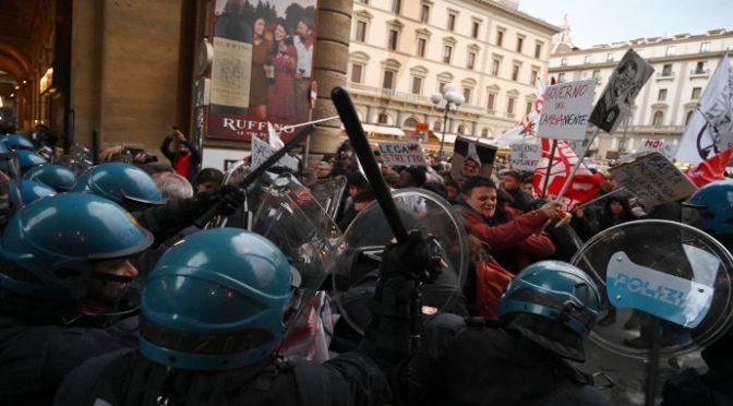 Estremisti sinistra attaccano comizio Salvini, violenza a Firenze