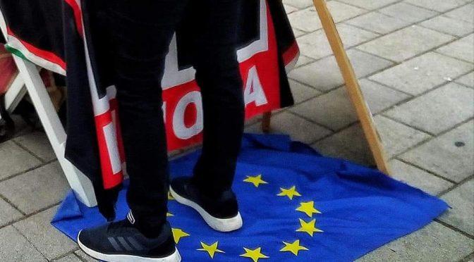 Bandiera Ue usata come zerbino, la protesta di Forza Nuova – FOTO