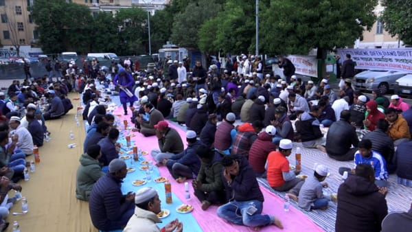 Islamici occupano piazza di Roma per il Ramadan – VIDEO CHOC