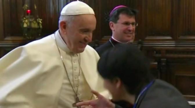 Bergoglio riceve 500 zingari in Vaticano