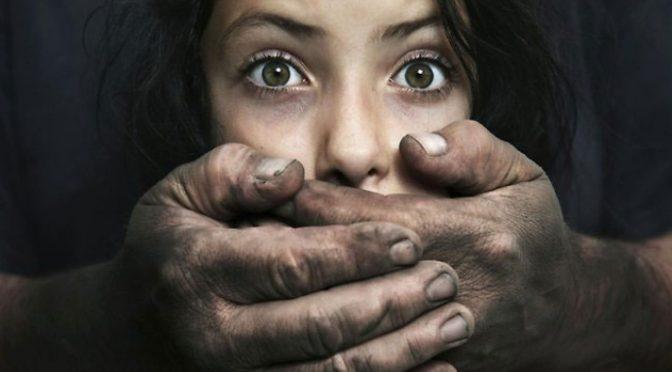 Molestano sua figlia, papà italiano ammazza immigrato: arrestato