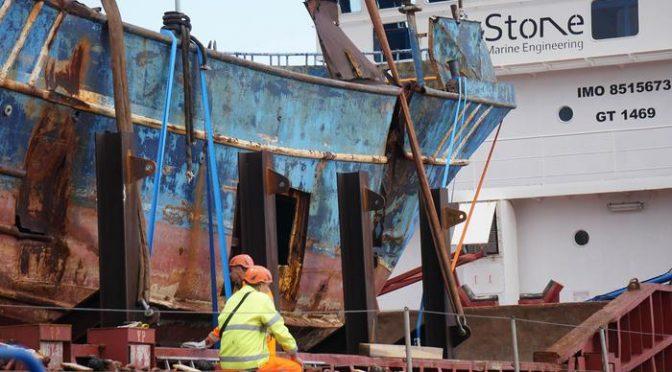 Il barcone dei clandestini esposto a Genova come monumento: lo chiedono Pd e FI